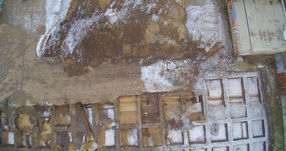 Brněnští arcehologové objevili při záchranném výzkumu ve Vojtově ulici pozůstatky krátkodobého tábora Římanů z období markomanských válek.
