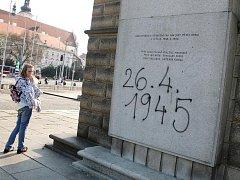 Nápis na památníku rudoarmějce na Moravském náměstí v Brně.