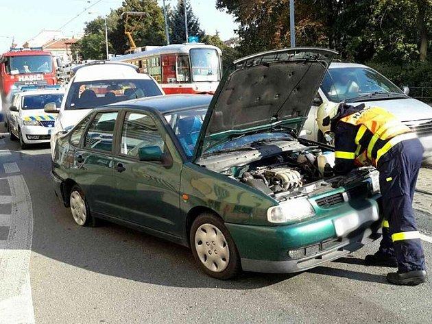 Auto se otáčelo a nacouvalo do tramvaje. Zranil se jeden mladík.