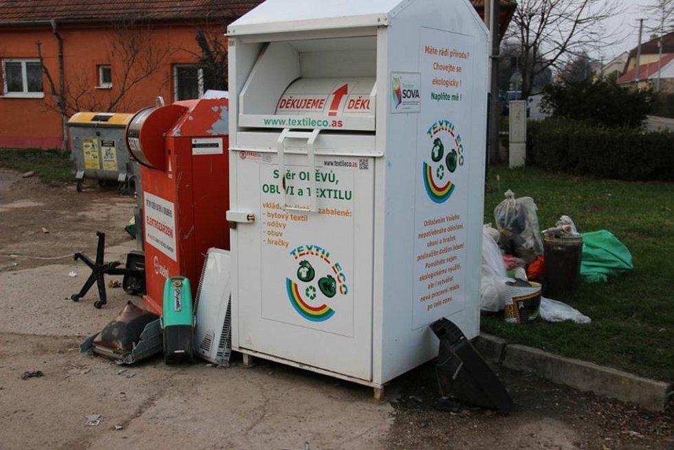 Kolem kontejnerů na tříděný odpad nechávají někteří lidé v Kyjově nepořádek.