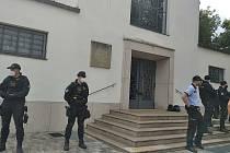 Otec Jozef Fejsak se na protest převzetí chrámu zamknul uvnitř. Foto: Deník/Jana Tomalová.
