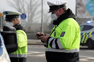 Policisté od pondělí kontrolují přejezdy mezi okresy. Od úterý se k nim přidali i vojáci. Jako u Pasohlávek.