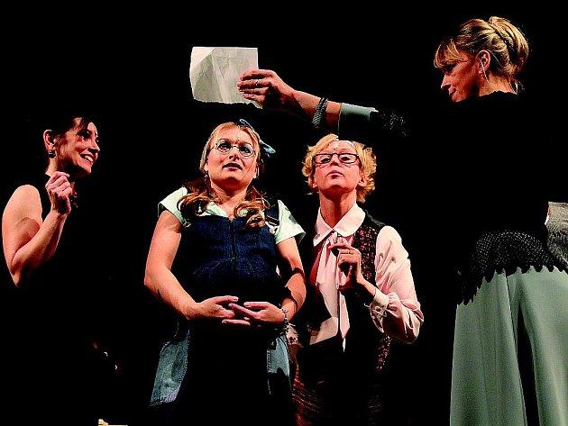 Inscenace Moravské sekretářky zachycuje jednu pracovní směnu osmi písařek.