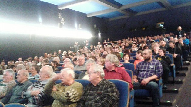VTišnově přišly na setkání sprezidentem Milošem Zemanem stovky lidí. Někteří zájemci se do sálu kina ani nedostali.