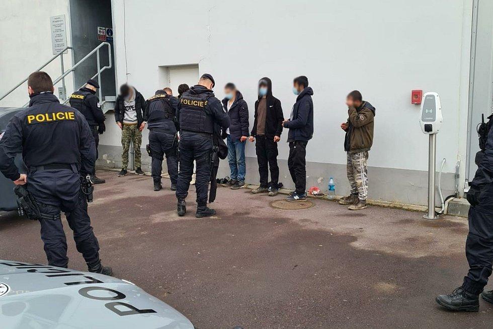 Policisté našli v kamionu v brněnské Slatině šest migrantů.