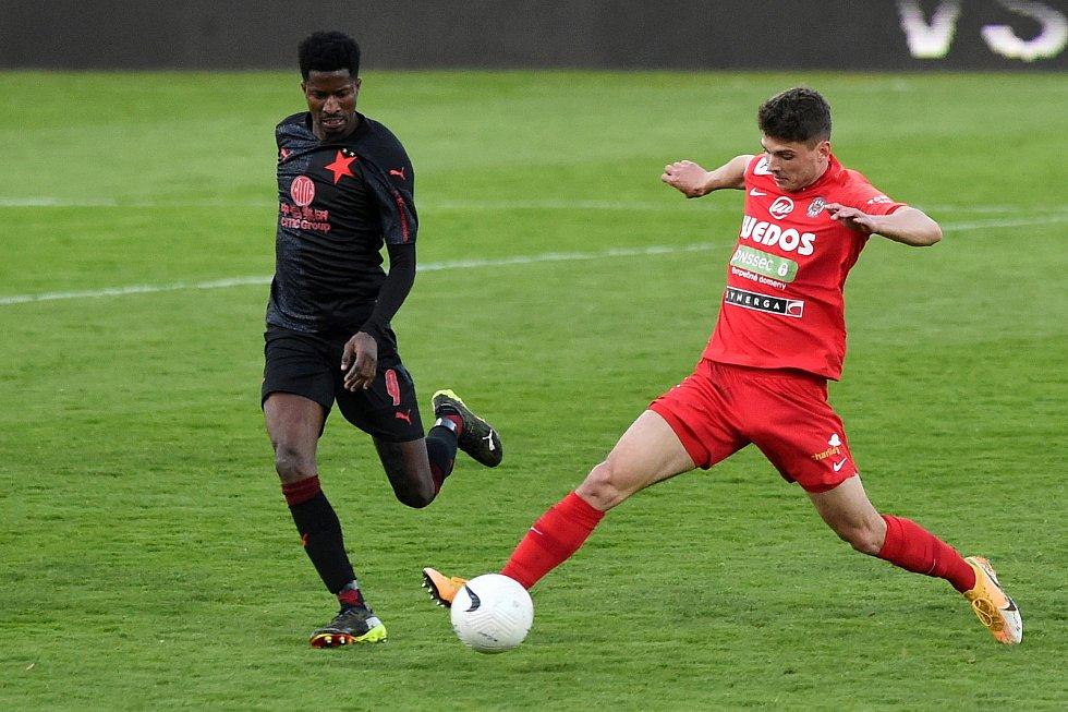 Fotbalisté Zbrojovky (v červeném) na domácím hřišti remizovali se Slavií 0:0.