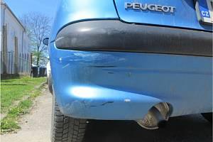 Poškození na nabouraném autě.
