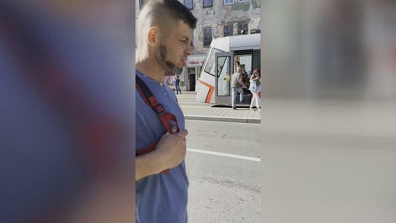 Dva zloději kradli v centru Brna vysavač. Muž je přistihl při činu.