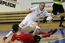 Srbský futsalista Nenad Veljkovič (v bílém).