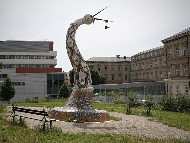 Mozaikovou sochu čápa na rohu brněnské Pekařské a Anenské ulice zbourali. Na jeho místě mají vyrůst byty a obchody.