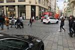 V centru Brna jezdí v pěší zóně stále více aut.