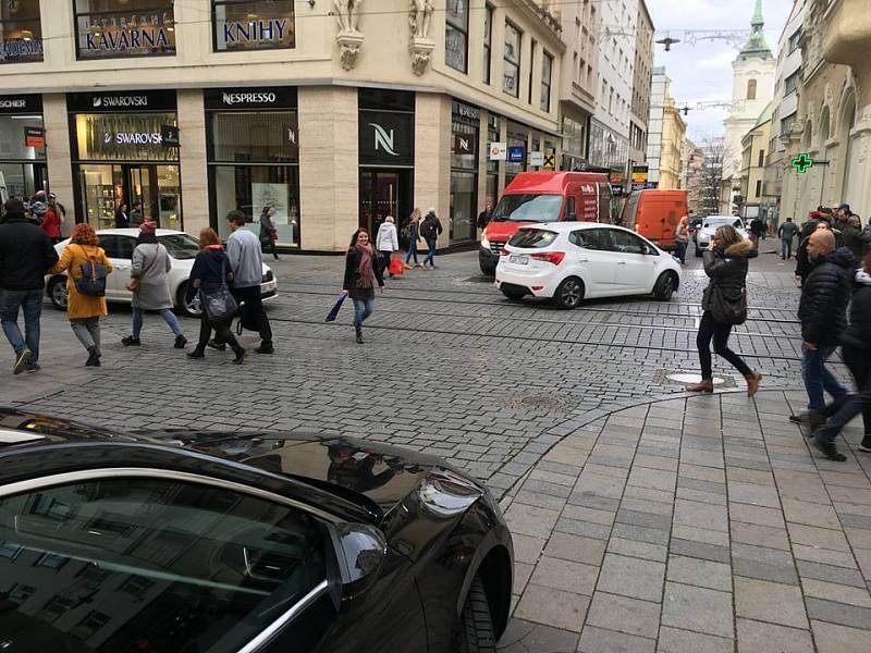 Řidiči jezdící pěší zónou v centru Brna jezdí rychleji než povolenou dvacítkou. Ukazují to výsledky letního měření strážníků.