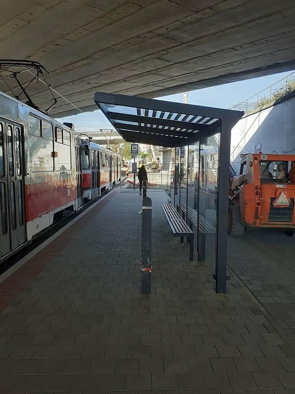 Přístřešek umístěný pod mostem na brněnské Osové tramvajové zastávce ve směru do Starého Lískovce už zmizel.