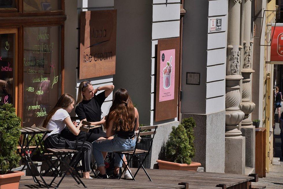 Někteří už v pondělí v centru Brna poseděli na zahrádce, přestože rozvolnění má přijít až v dalších dnech.