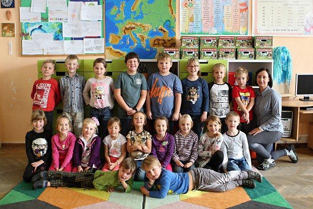 Žáci 1.ročníku ze ZŠ ve Vranově spaní asistentkou Ladou Adamovou.