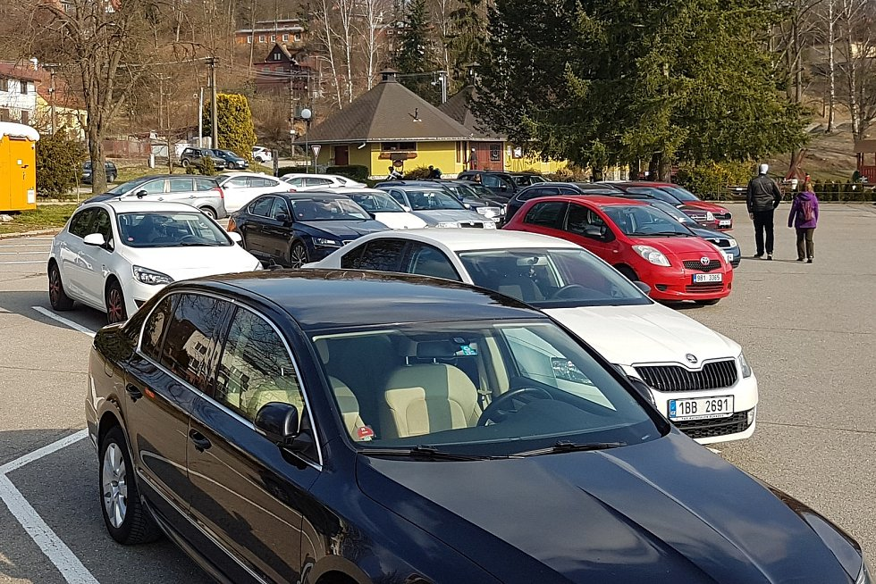 29.3.2020 okolí Brna - víkend v době nouzového stavu a omezeného vycházení - parkování u rybníka Olšovec