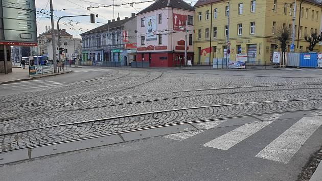 Křižovatka Palackého třídy a Kosmovy ulice v brněnském Králově Poli.