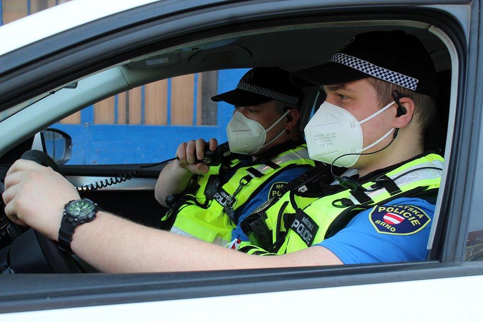 Hlídka strážníků v sobotu ve dvě hodiny odpoledne kontrolovala oblast brněnského hlavního nádraží. Dohlížela třeba, zda lidé nosí respirátory.