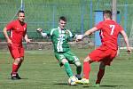 V utkání krajského přeboru fotbalistů remizoval Tatran Bohunice (červené dresy) s Tatranem Rousínov 1:1.