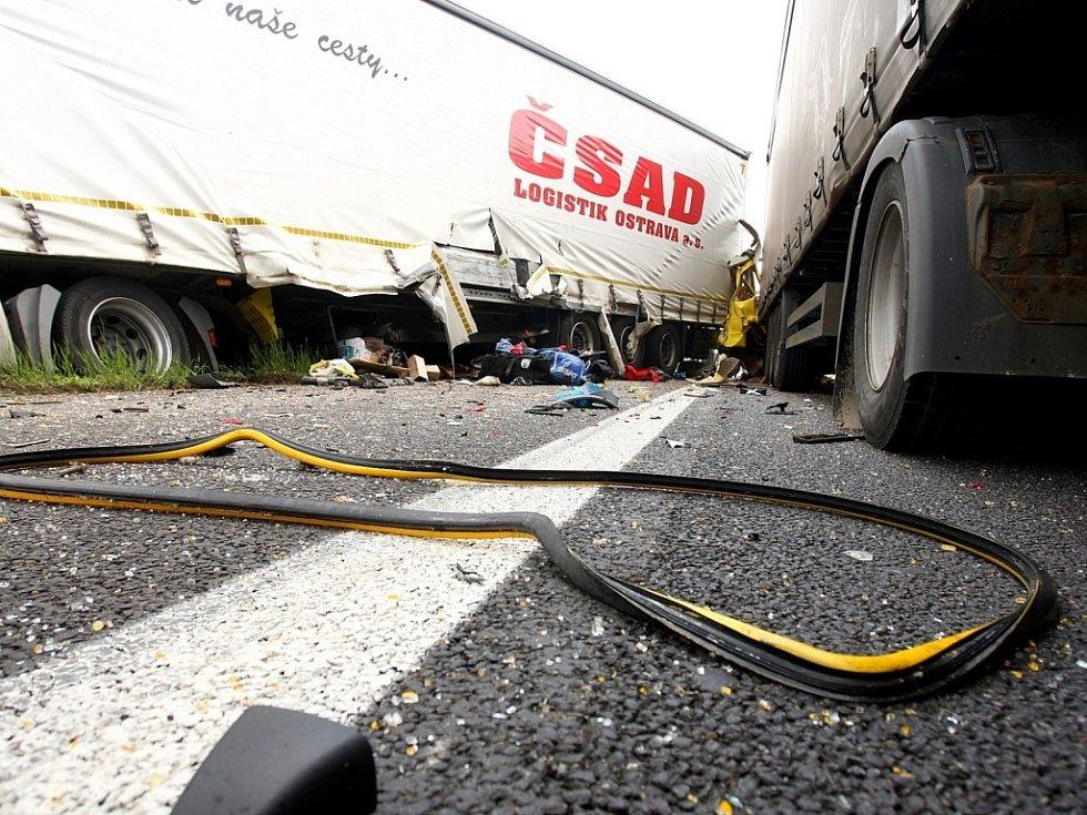 Auta havarovala kolem půl desáté dopoledne na 190. kilometru dálnice ve směru na Prahu.