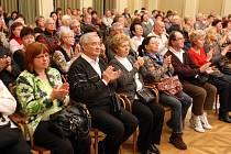 Senior pasy otevřou nové možnosti lidem nad pětapadesát let. Díky nim dostanou slevy v lékárnách, zaplatí méně peněz za vstupné nebo nakoupí levněji ve vybraných obchodech.