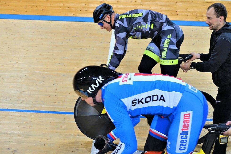 Dráhoví cyklisté brněnské Dukly (na snímku Matěj Bohuslávek, Tomáš Bábek a trenér Lubomír Vojta).