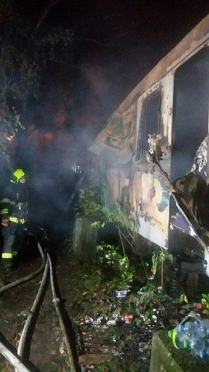 Blízko ulice Široká v Brně hořel starý železniční vagon, zemřeli čtyři lidé, zřejmě bezdomovci.