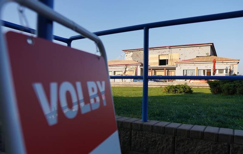 Poprvé v mateřské škole volí lidé v Moravské Nové Vsi na Břeclavsku. Budovu se podařilo opravit po tornádu, na rozdíl od té v centru městyse, kam chodili voliči dřív. Naproti školky je poničená sokolovna.