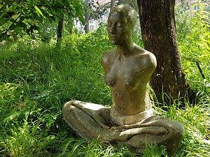 lidé i zvířata. Prohlídku Botanické zahrady zpříjemňují nové sochy