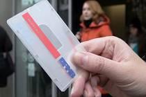Cestující hromadnou dopravou v Brně si musejí zvyknout na konec papírové verze šalinkaret - nově budou fungovat už jen ty elektronické.