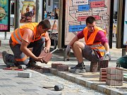 V Brně na Hlavním nádraží stavebníci předělávají pruhy pro slepé.