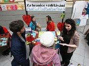 Jarmark neziskových organizací na Fakultě sociálních studií Masarykovy univerzity v Brně.