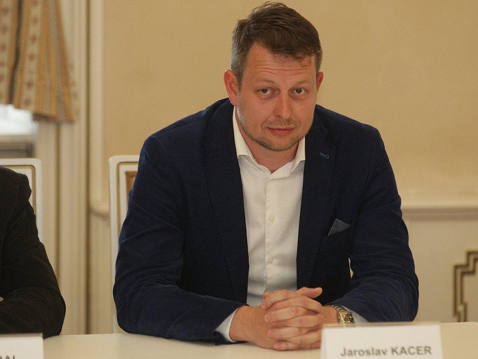 Nový náměstek Jaroslav Kacer z TOP 09 (vpravo).