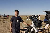 Miloslav Druckmüller s přístroji, se kterými fotili zatmění Slunce.