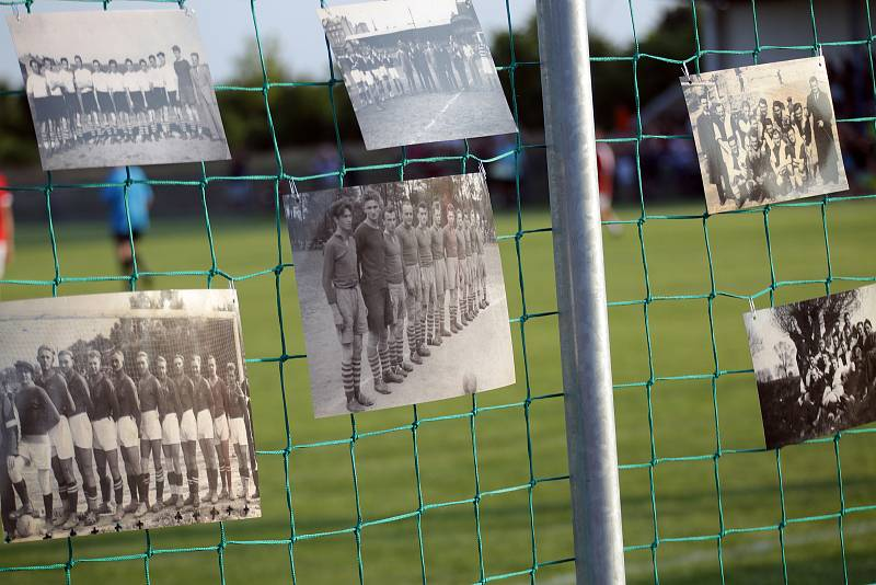 Fotbalový zápas veteránů brněnského Boby a Zbrojovky proti Židlochovicím na jejich hřišti.