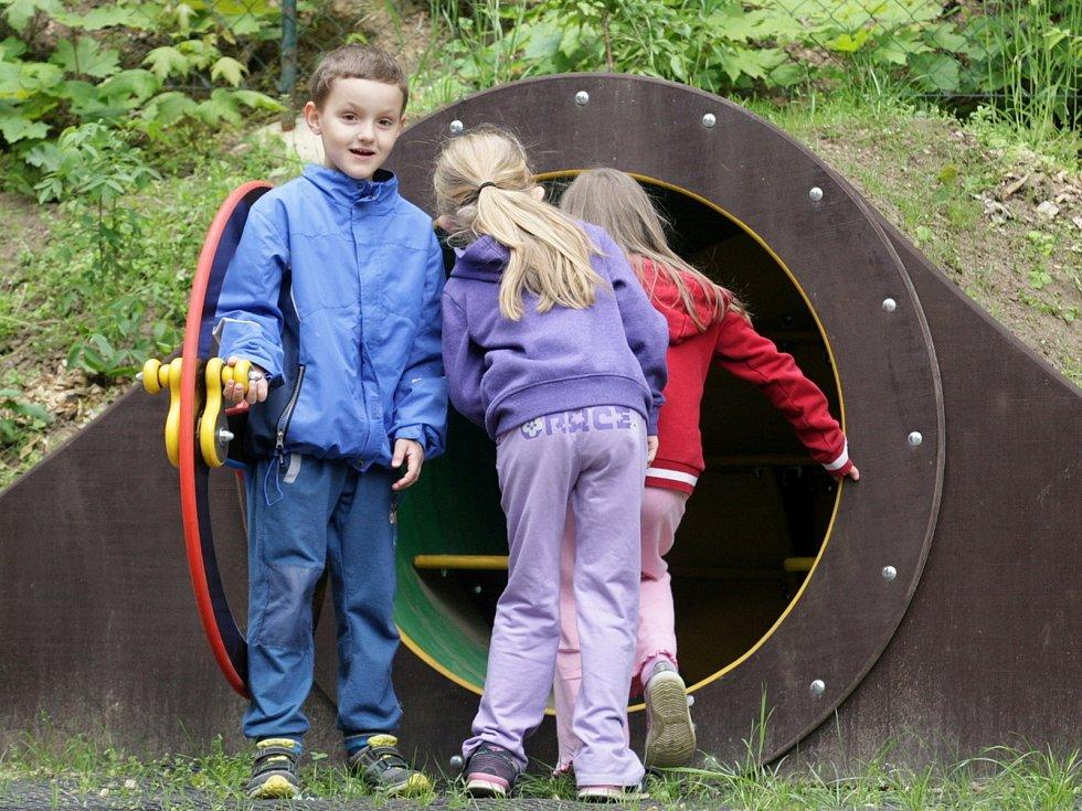 Hobití noru jako z fantasy příběhů získaly na hraní dětí v mateřské škole na Úvozu.
