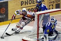 8. kolo hokejové O2 extraligy HC Slavia Praha – HC Kometa Brno 25. září v Praze. Roman Červenka ze Slavie (v bílém) a brankář Jiří Trvaj z Brna.