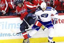 Jak by mohl vypadat souboj ruské hvězdy Alexandra Ovečkina s někým z Komety? Třeba takto (na snímku v bílém hokejista nynějších New York Rangers Michal Rozsíval).