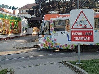 Zlepšit nepřehlednou dopravní situaci se snaží brněnský dopravní podnik. Na náměstí Míru umístil informační tabule v tramvajové smyčce.