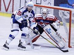 Hokejové utkání Tipsport extraligy v ledním hokeji mezi HC Dynamo Pardubice (červenobílém) a HC Kometa Brno ( v bílomodrém) v pardubické Tipsport areně.