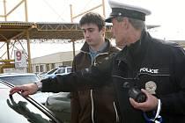 Policejní kontrola propustnosti skel u aut u brněnského Výstaviště.