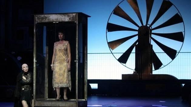 Chladné prostředí továrny, v němž se příběh odehrává, dýchá poetikou Fritze Langa či později George Orwella. Na snímku Sally du Randt a Jana Wallingerová.