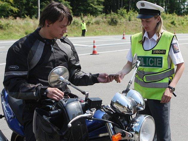 Motorkáře u automotodromu kontrolovali policisté.