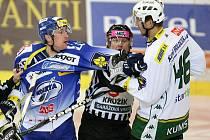 Hokejista Komety Jan Švrček (vlevo) v potyčce s karlovarským Petrem Kumstátem.