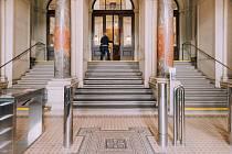 Vestibul jihomoravského krajského úřadu čekají stavební úpravy. Už zmizely turnikety.