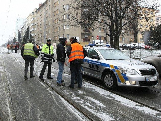 Propadlá silnice v Merhautově ulici zkomplikovala v pátek ráno dopravu .