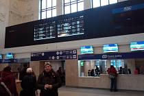 V opravené hale hlavního nádraží v Brně přibyly nové pokladny prodeje jízdenek a prosklené zádveří za hlavním vstupem. U něj se dokončují opravy zvenku.