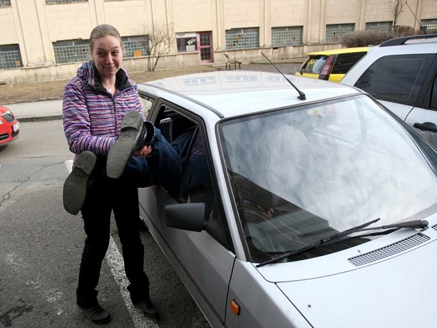 Zloděj měl smůlu. Odvážná majitelka auta, do kterého se vloupal, jej zadržela.