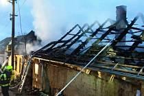 Rodinný dům ve Viničných Šumicích přišel při požáru o střechu.