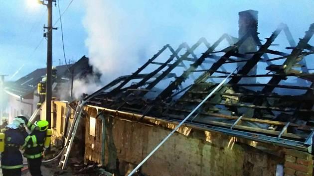 Ve Viničných Šumicích hoří střecha rodinného domu. Zasahuje třináct jednotek